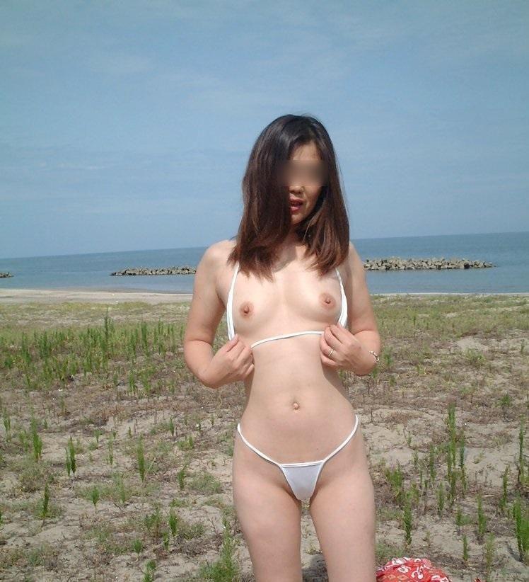 水着 熟女 乳首 ポロリ チラリ おばさん ハプニング エロ画像【12】