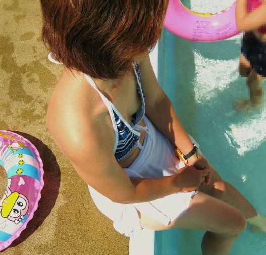 水着 熟女 乳首 ポロリ チラリ おばさん ハプニング エロ画像【14】
