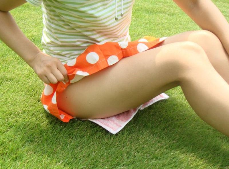 スカート捲って太もも見せてるモモチラ画像