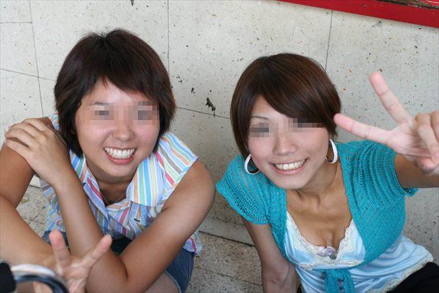 リア充 胸チラ ピース エロ画像【9】