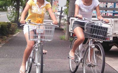 軽快な自転車パンチラ街撮り画像 ①