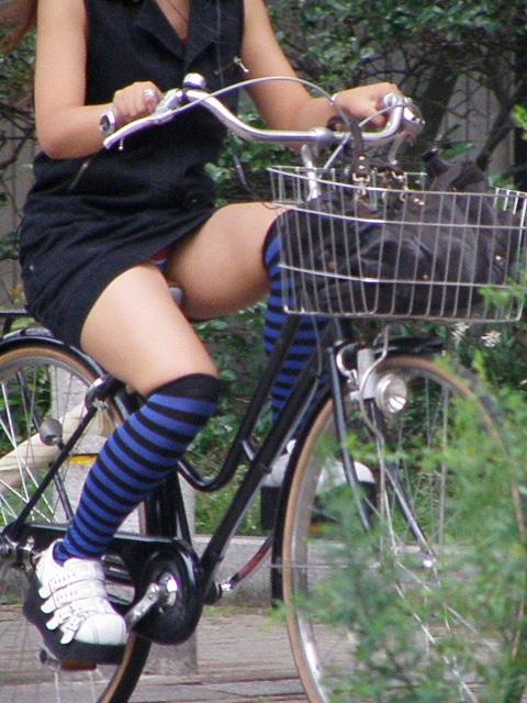 自転車 パンチラ 街撮り エロ画像【16】
