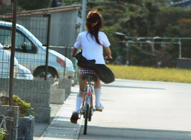 自転車パンチラJKが前を走るエロ画像