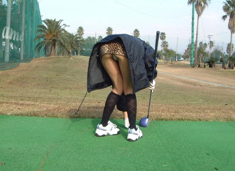 Tバックの前屈みパンチラは尻まで見えるエロ画像