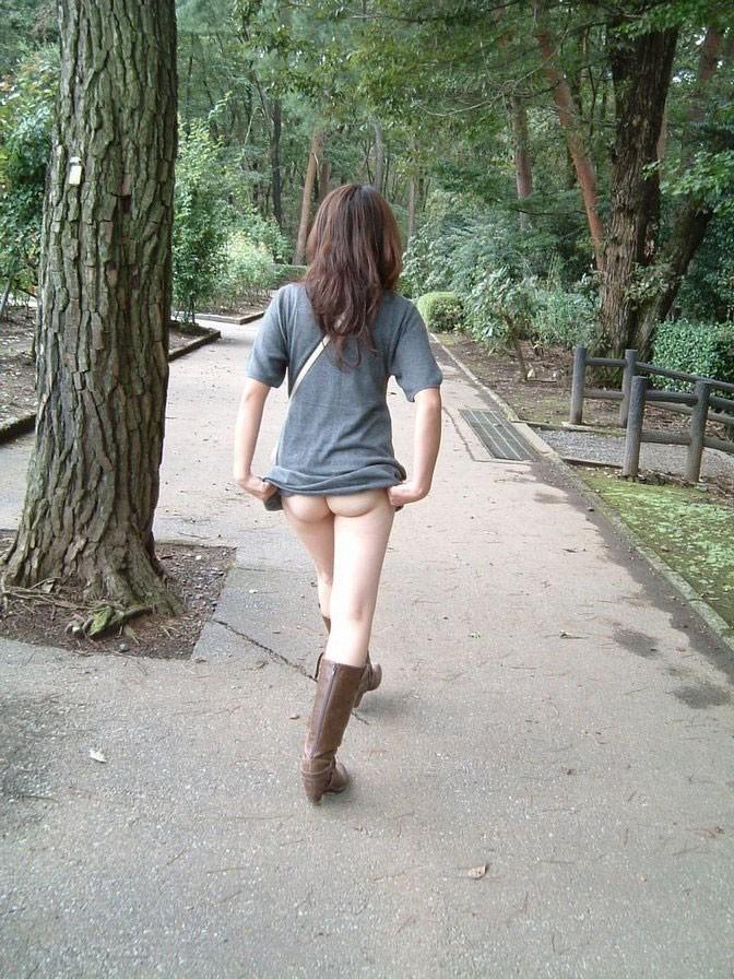 下半身 野外 露出 スカート たくし上げ エロ画像【5】