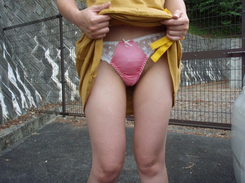 下半身 野外 露出 スカート たくし上げ エロ画像【8】