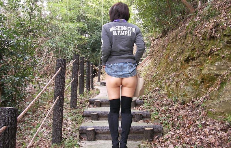 下半身 野外 露出 スカート たくし上げ エロ画像【14】
