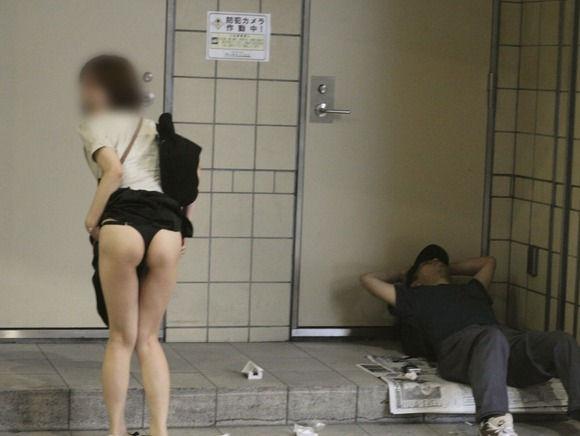 下半身 野外 露出 スカート たくし上げ エロ画像【37】