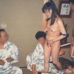 ピンクコンパニオンが脱いで全裸になった宴会ヌードのエロ画像