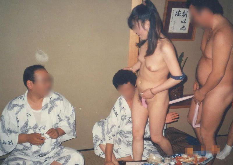 ピンクコンパニオンが脱いで全裸になった宴会ヌードのエロ画像 表紙