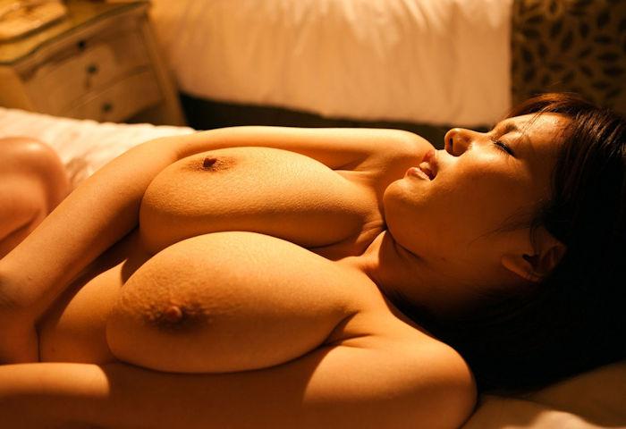 ホテルの薄暗いルームランプの下でセックスしてる隠微なハメ撮り画像wwww