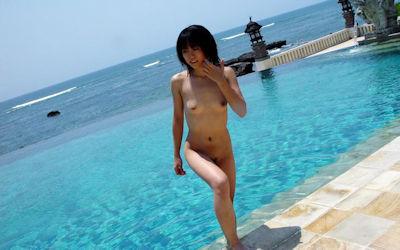 海と全裸美女のビーチでヌードなエロ画像 ④