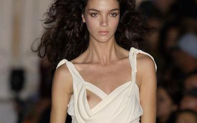 おっぱいポロリ感を演出する片乳ファッションショーのエロ画像 ②