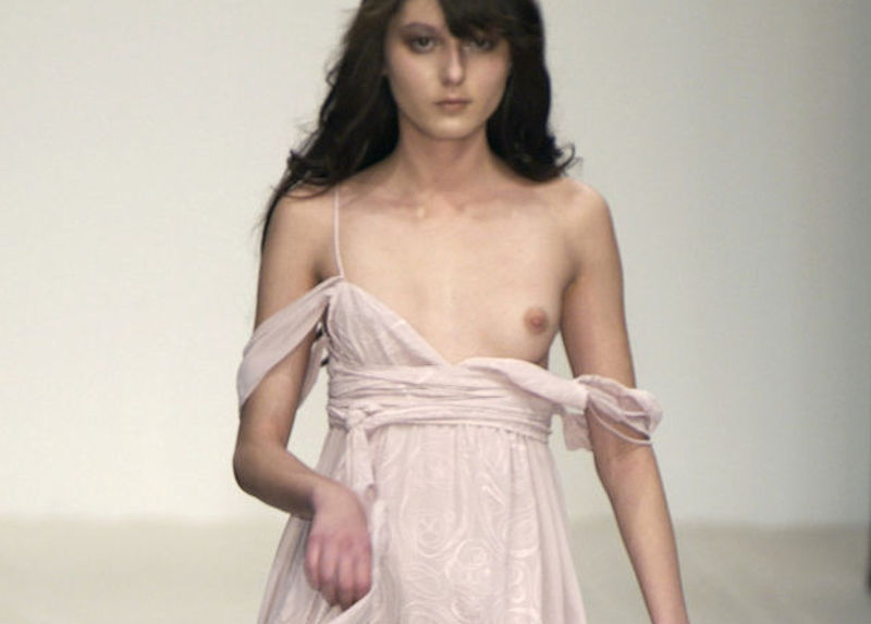 おっぱいポロリ感を演出する片乳ファッションショーのエロ画像