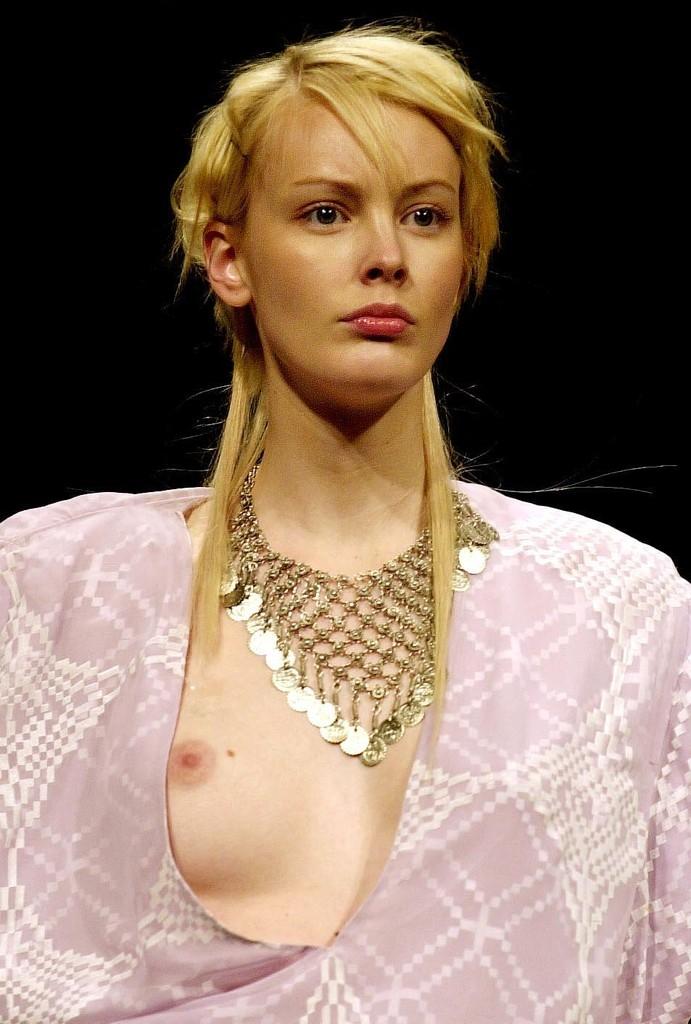 おっぱい ポロリ 片乳 ファッションショー エロ画像【4】