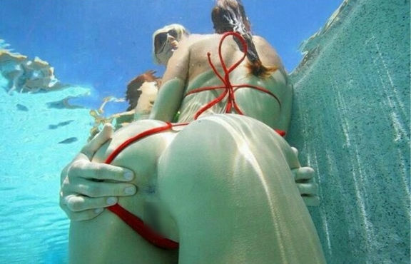 まんこ 水中 露出 海 プール エロ画像【17】
