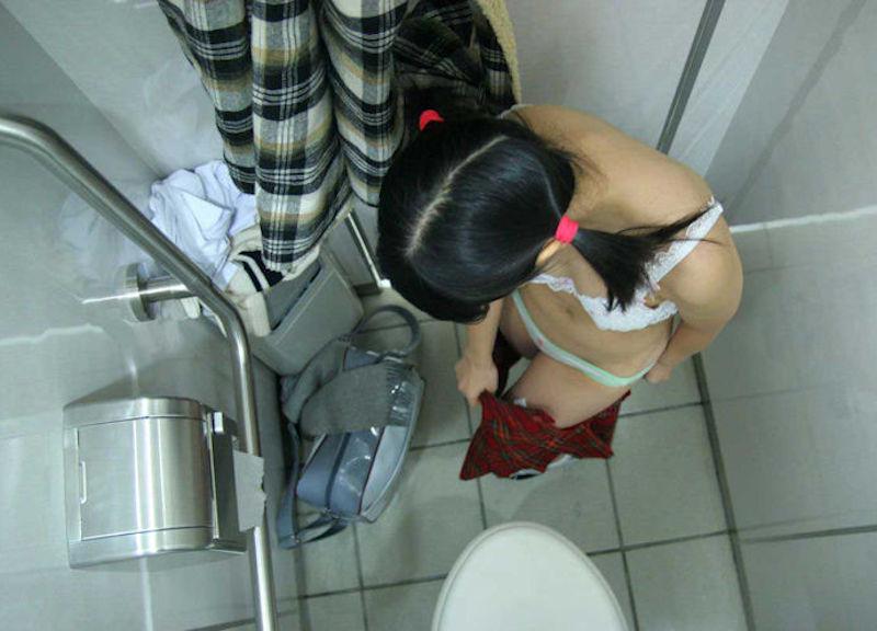 便所で脱衣!トイレで脱ぐ女や着替える女のエロ画像