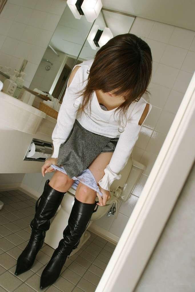 便所で脱衣!トイレで脱ぐ女や着替える女のエ□画像