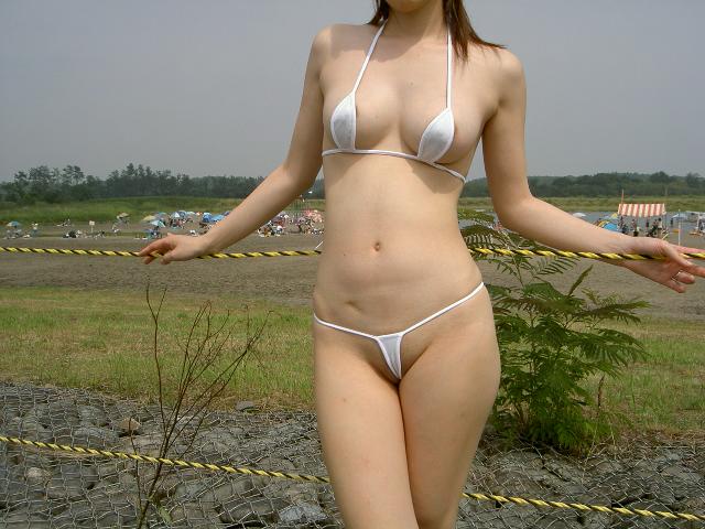 乳輪 乳首 ポロリ マイクロビキニ ハプニング エロ画像【12】