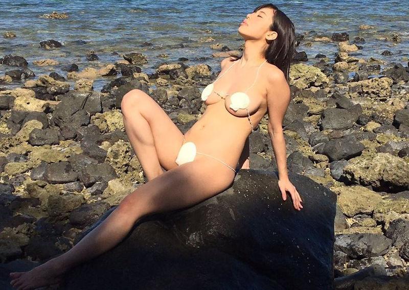 貝殻水着という過激なビキニのエロ画像