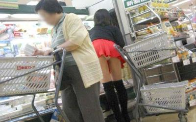 お店の中でパンツ見えた店内パンチラ画像 ③