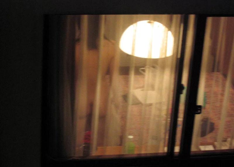 夜のマンション・アパートで窓越しに裸が見えたエロ画像