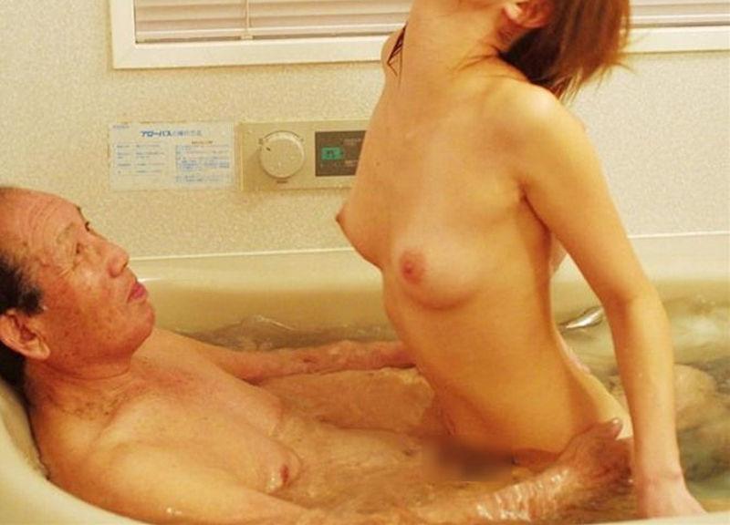 浴槽・バスタブ内でセックスするお風呂場挿入画像