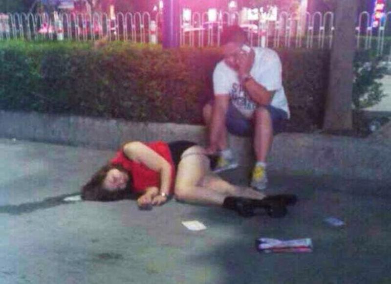 男の前で泥酔したベロベロ女のエロ画像 表紙