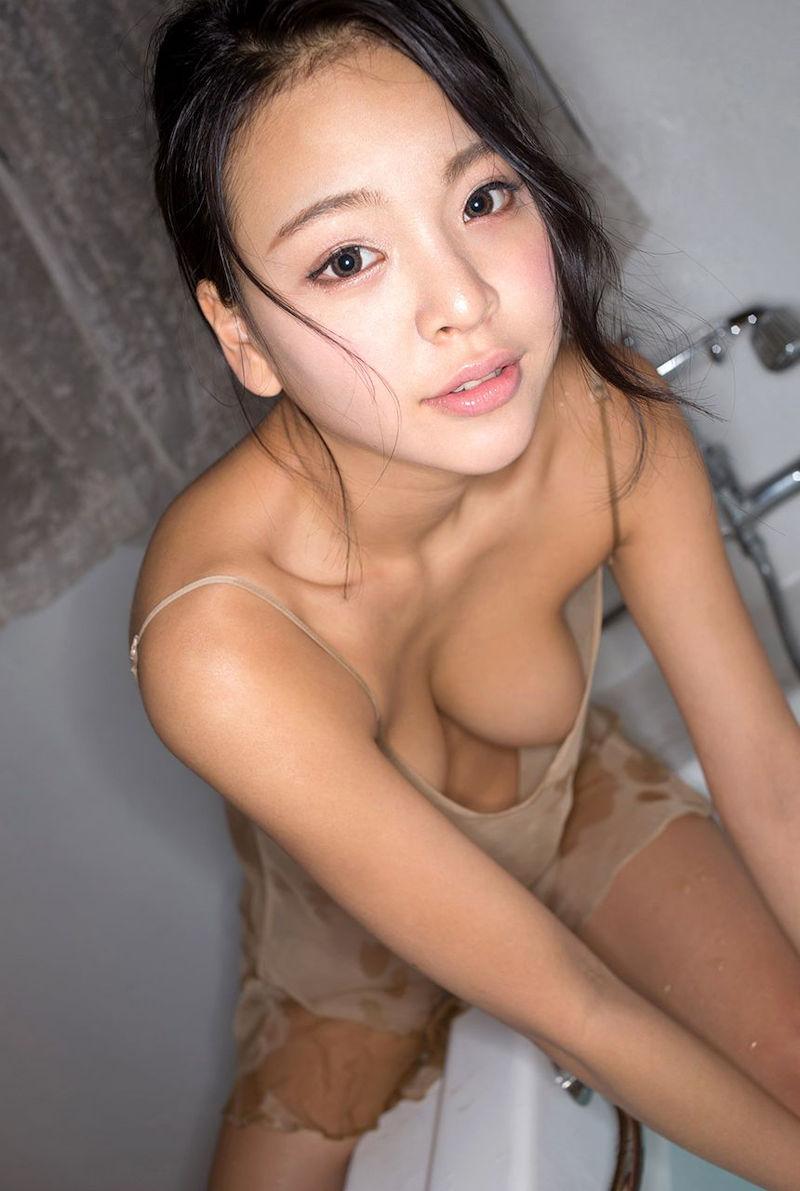 美女 緩い 谷間 ノーブラ 胸チラ エロ画像【9】