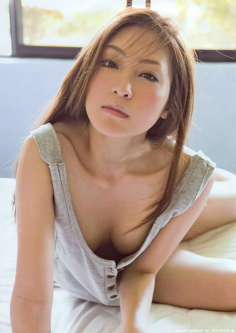 美女 緩い 谷間 ノーブラ 胸チラ エロ画像【14】