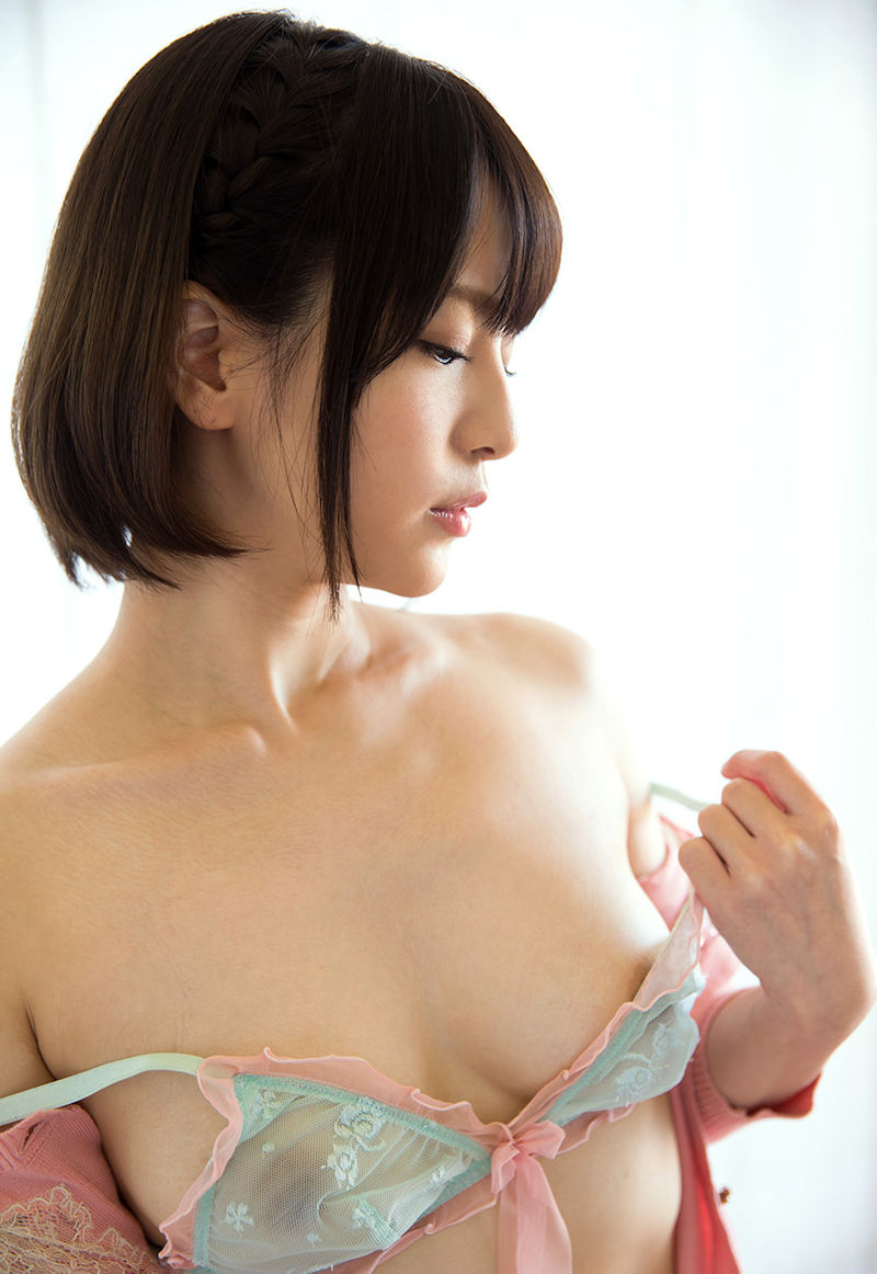 美女 乳輪 ブラ 服 はみ出し エロ画像【6】