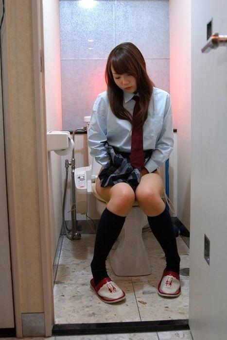 洋式トイレ 座る おしっこ JK エロ画像【6】