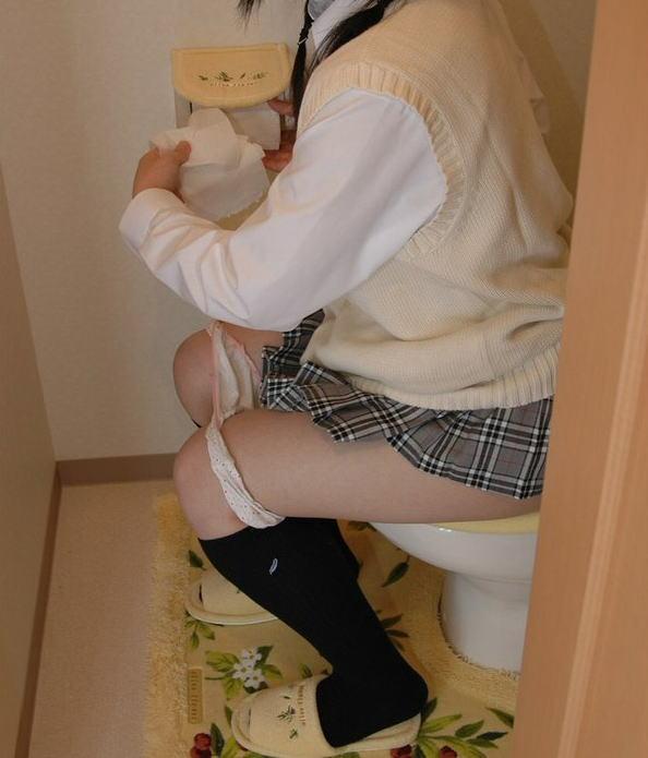 洋式トイレ 座る おしっこ JK エロ画像【8】