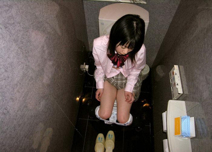 洋式トイレ 座る おしっこ JK エロ画像【10】