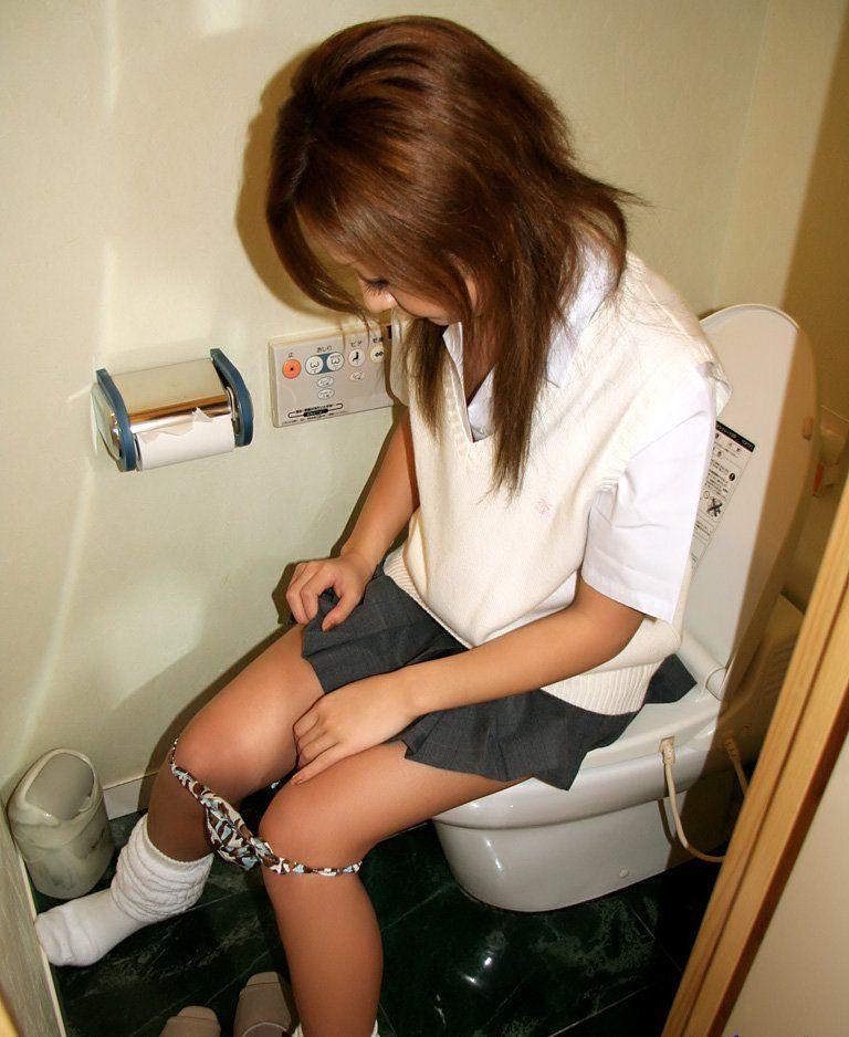 洋式トイレ 座る おしっこ JK エロ画像【11】