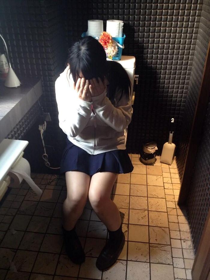 洋式トイレ 座る おしっこ JK エロ画像【15】