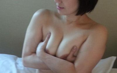 熟女が手ブラ・腕ブラ・指ブラで乳首を隠すエロ画像 ②