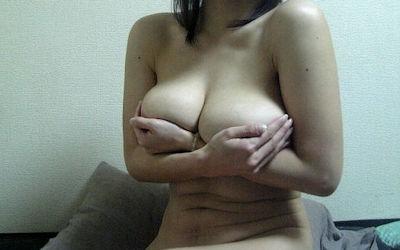 熟女が手ブラ・腕ブラ・指ブラで乳首を隠すエロ画像 ③