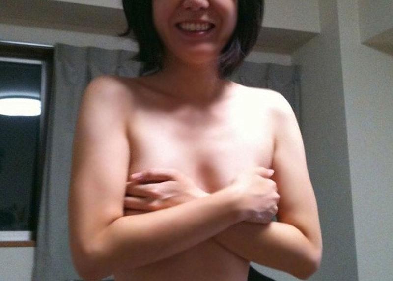 熟女が手ブラ・腕ブラ・指ブラで乳首を隠すエロ画像
