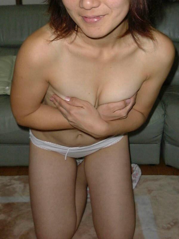 熟女 手ブラ 腕ブラ 指ブラ 乳首 隠す エロ画像【6】