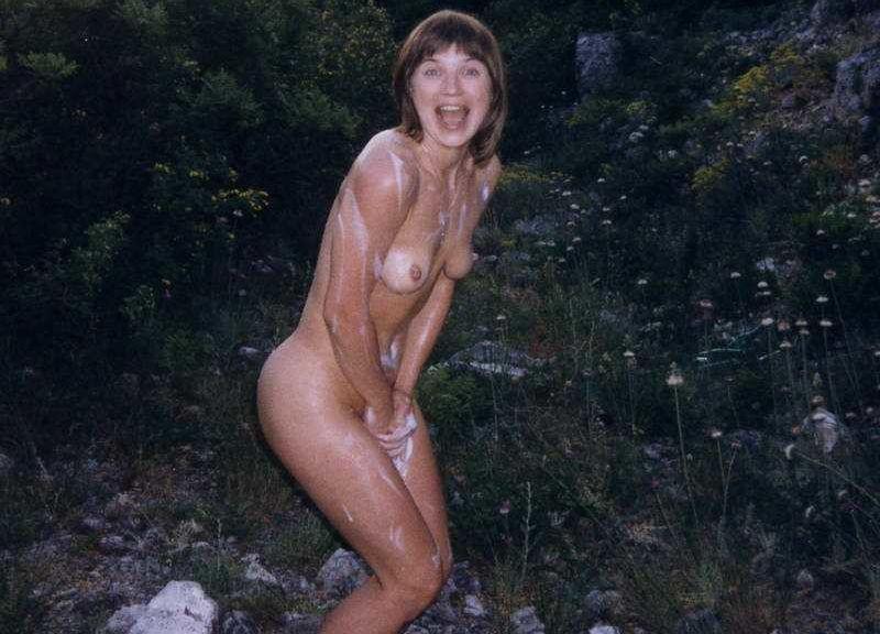 全裸で股間を押さえる外国人の手パンツヌード画像