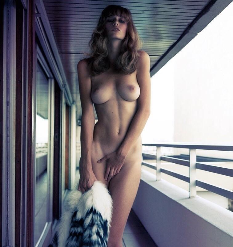 全裸 股間 押さえる 外国人 手パンツ ヌード エロ画像【9】