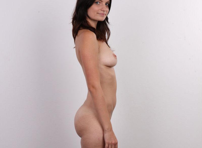 気を付けヌード!全裸外国人熟女の直立横向きエロ画像