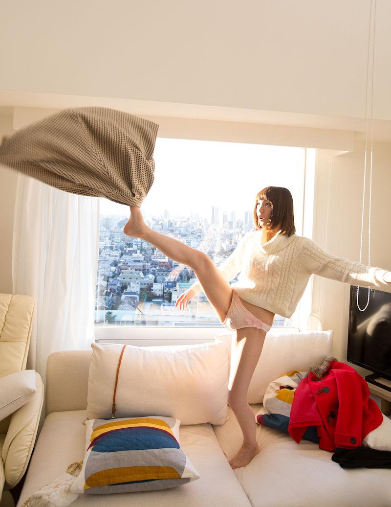 立ち脱ぎ 片足上げ スカート 脱ぐ エロ画像【1】