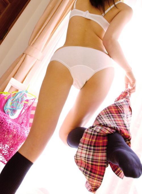 立ち脱ぎ 片足上げ スカート 脱ぐ エロ画像【9】