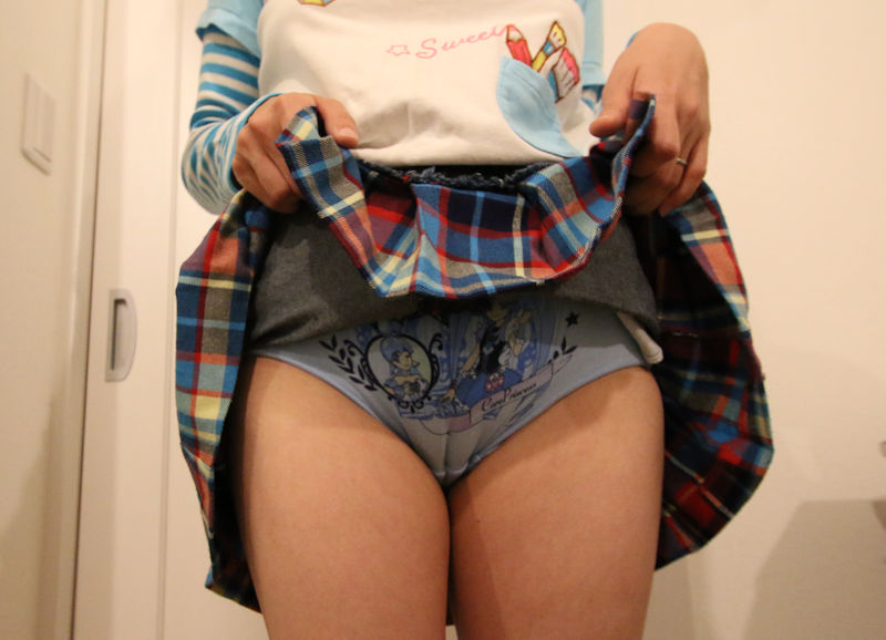 パンツ ワレメ スカート たくし上げ マンスジ エロ画像
