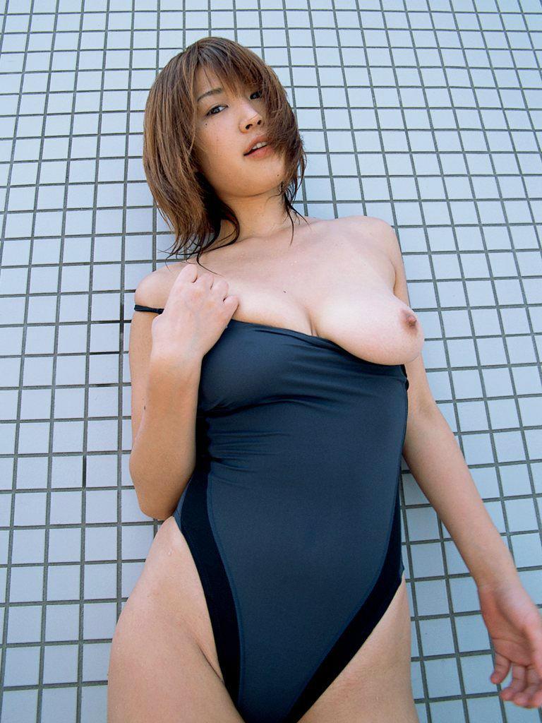水着 片乳 ポロリ 片乳首 チラリ エロ画像【22】
