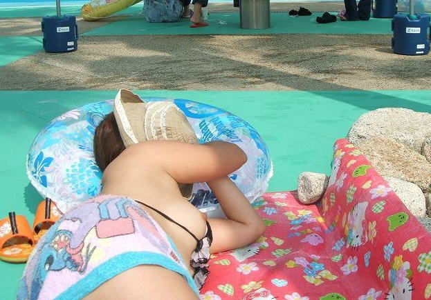 水着 片乳 ポロリ 片乳首 チラリ エロ画像【38】