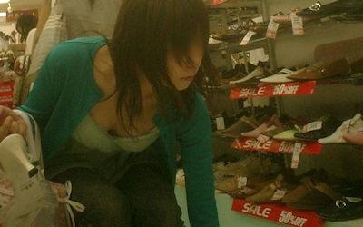 店員も客も胸チラしてる靴屋さんのエロ画像 ④