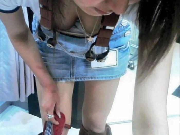 店員 客 胸チラ 靴屋 エロ画像【5】